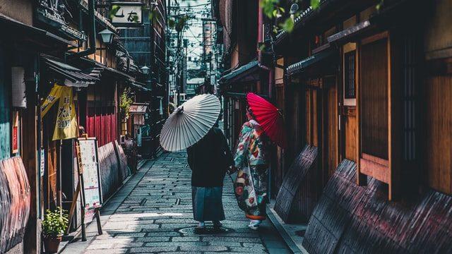 着物で町を歩くカップル