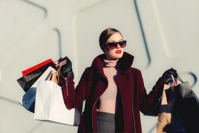 買い物している女性の写真