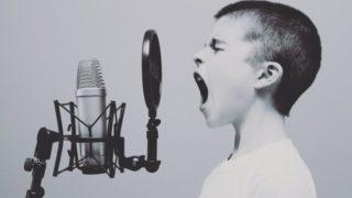 男の子が歌っている